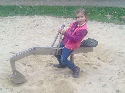 Mädchen auf Metallbagger - Spielplatz Zweenfurth