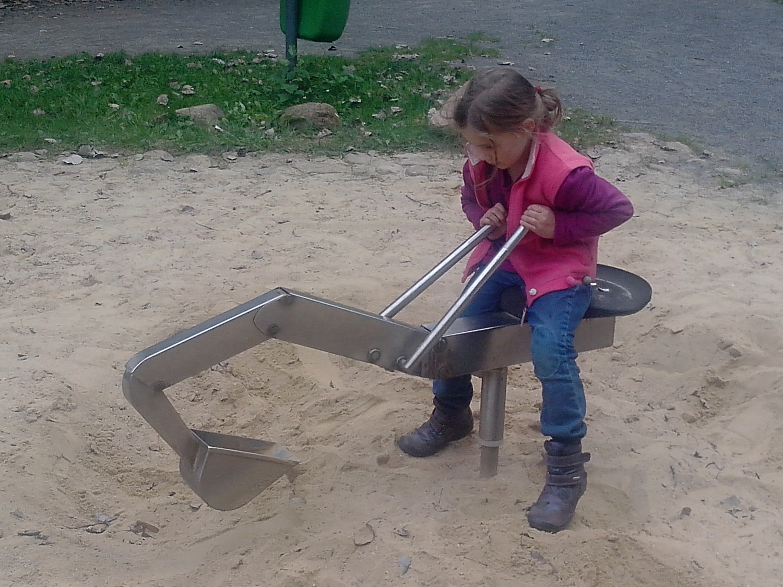 Metallbagger im Sandkasten - Spielplatz Zweenfurth