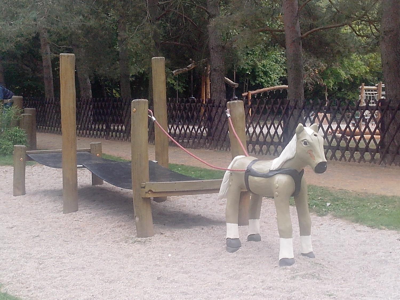 Holzpferd und Hüpfspielgerät auf dem Spielplatz Zweenfurth