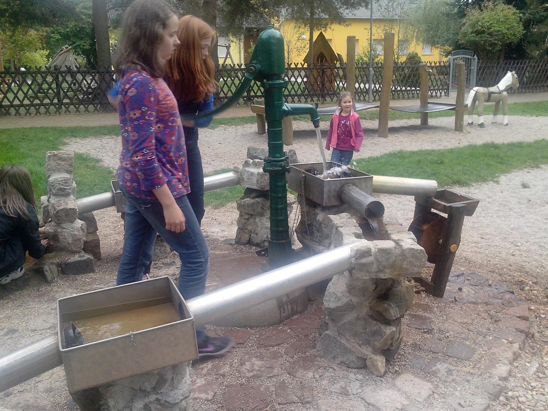 Wasserspielplatz auf dem Spielplatz Zweenfurth
