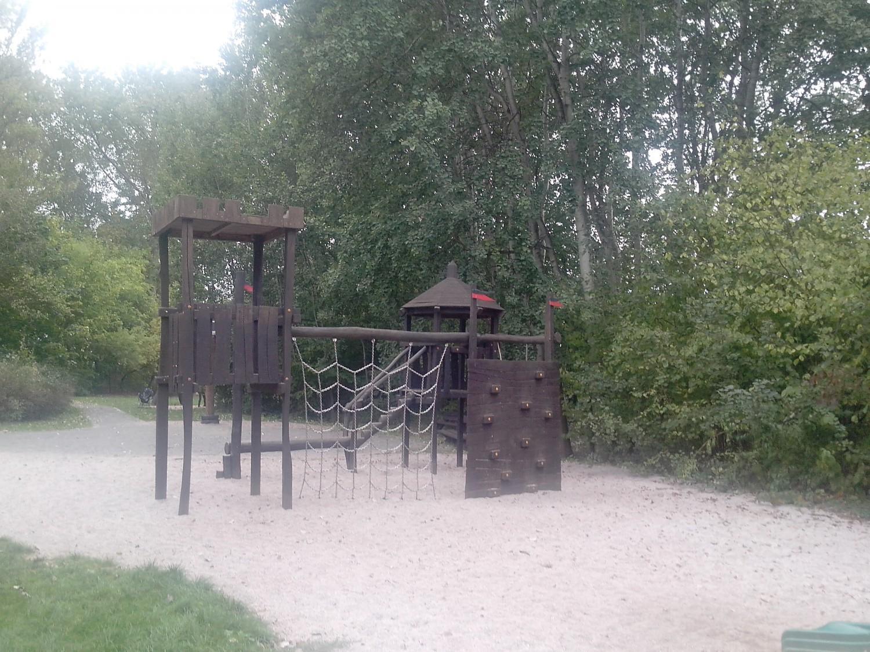 Burg-Klettergerüst auf dem Spielplatz Zweenfurth