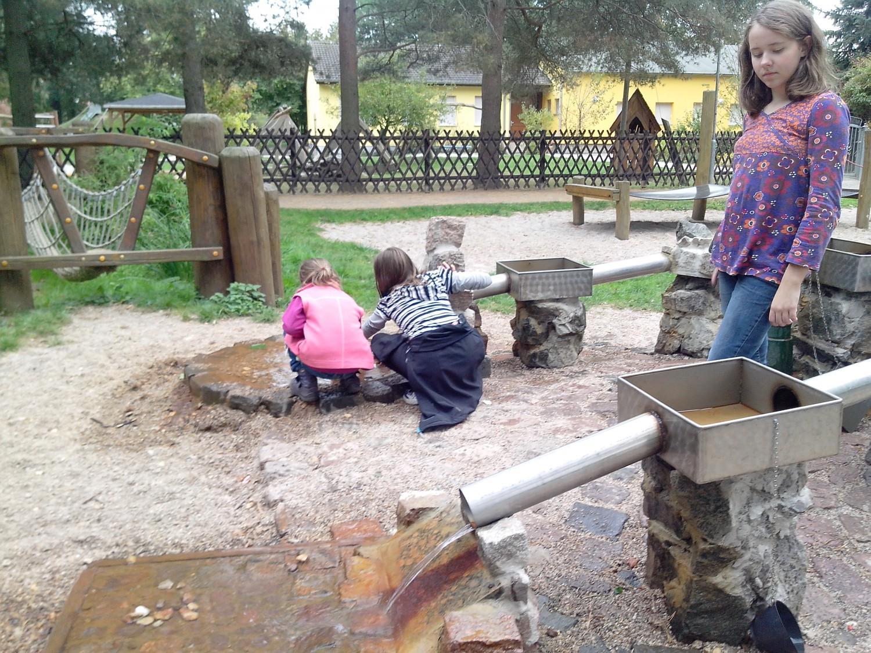 Kinder am Wasserspielplatz Zweenfurth