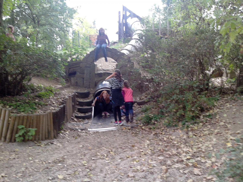 Kinder an der großen Rutsche auf dem Spielplatz Zweenfurth
