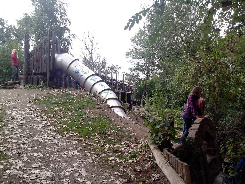 Große Rutsche auf dem Spielplatz Zweenfurth